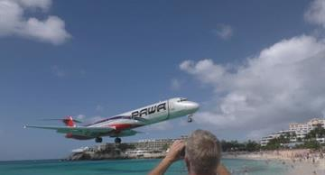 Airliner flies 10 meters above people's heads!