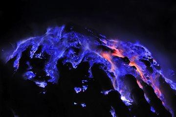 География Story: Вулкан с синей лавой