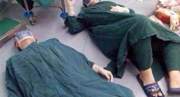 The picture of three doctors lying on the floor went viral: the reason will amaze you!