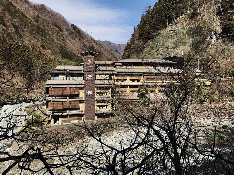 Geography Story: #2 The world's oldest hotel sits at the foot of the beautiful Akaishi Mountains. Nishiyama Onsen Keiunkan was founded by Fujiwara Mahito in 705 A.D, and it has been in operation ever since.