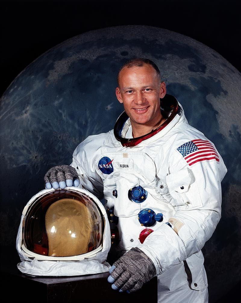 Наука Вопрос: Кто был с Нилом Армстронгом во время посадки на Луну?