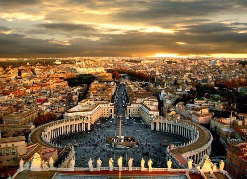 История Вопрос: Что изображено на гербе Ватикана?