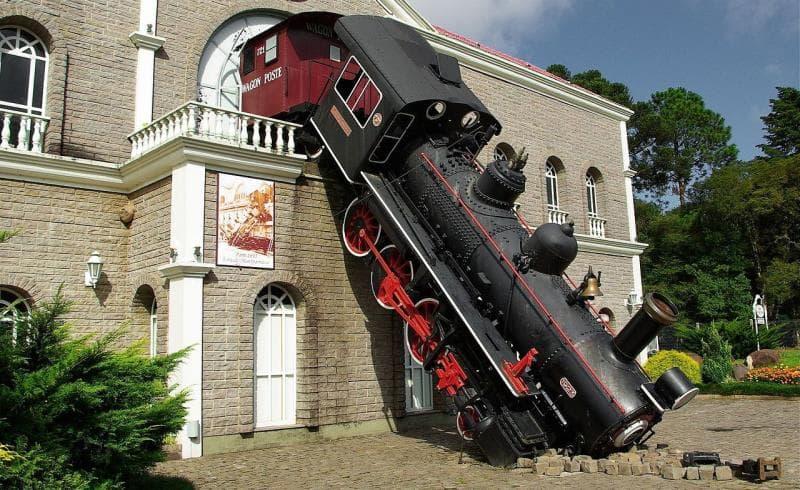 История Вопрос: Когда произошло крушение поезда, увековеченное в художественной реплике, изображенной на снимке?