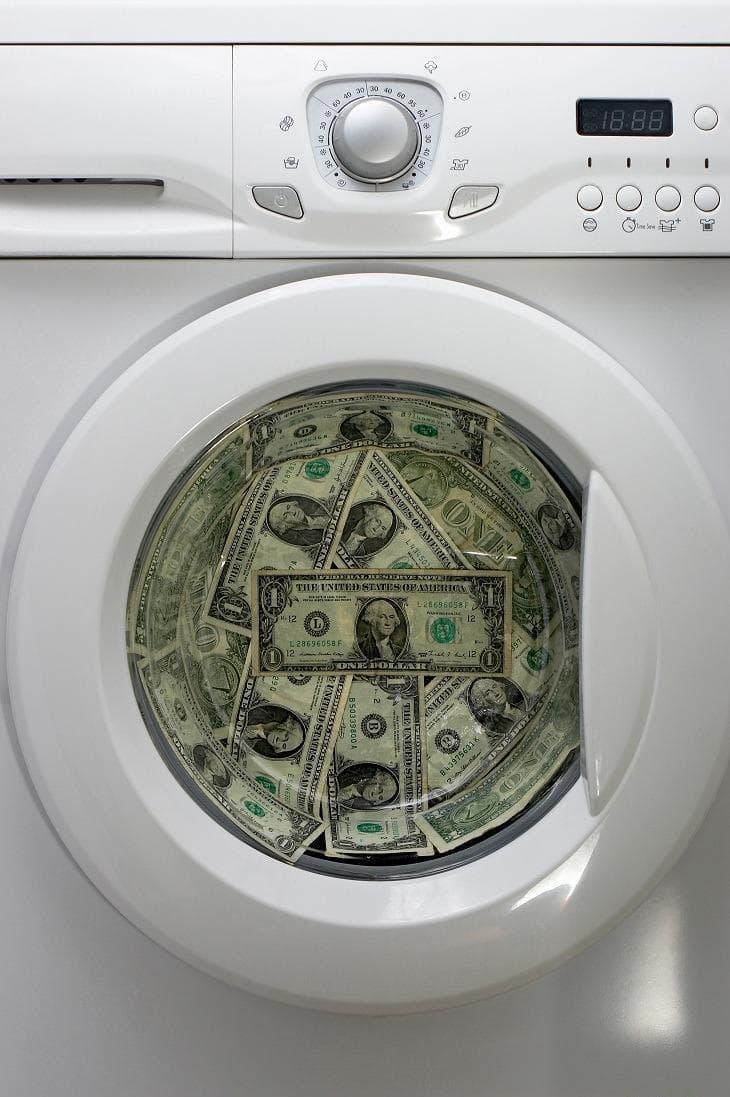 """Общество Вопрос: Кто автор выражения """"отмывание денег""""?"""