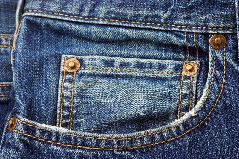 Культура Вопрос: По традиции джинсы имеют крошечный карманчик чуть выше правого переднего кармана. Для хранения какого предмета изначально был задуман этот крошечный карманчик?