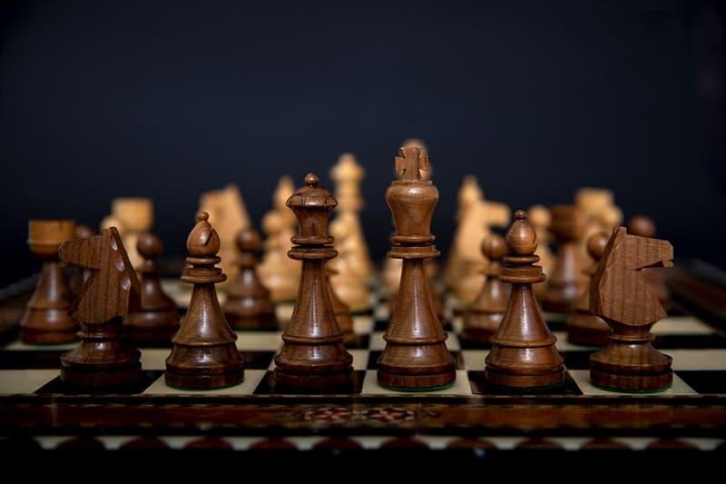 Общество Вопрос: Известный шахматист, международный гроссмейстер, играл партию в шахматы с духом умершего более 40 лет назад гроссмейстера. Такое было?