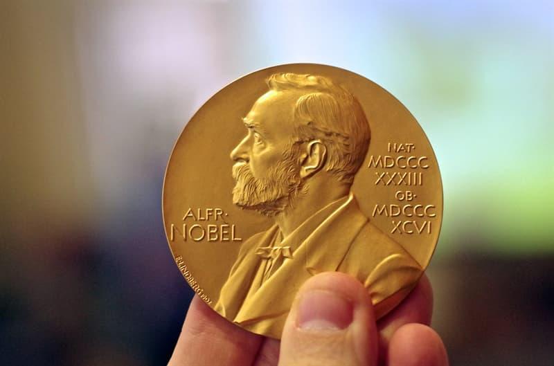 """Культура Вопрос: Кто из нижеперечисленных писателей был награжден  и Нобелевской премией в области литературы, и премией Американской академии кинематографических искусств и наук  """"Оскар""""?"""