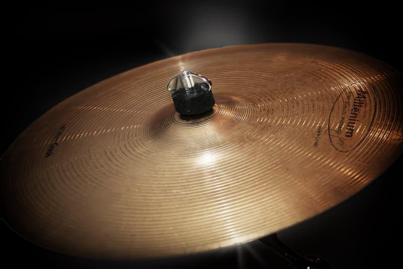 Общество Вопрос: Кто является абсолютным рекордсменом по скоростной игре палочками по одному барабану?