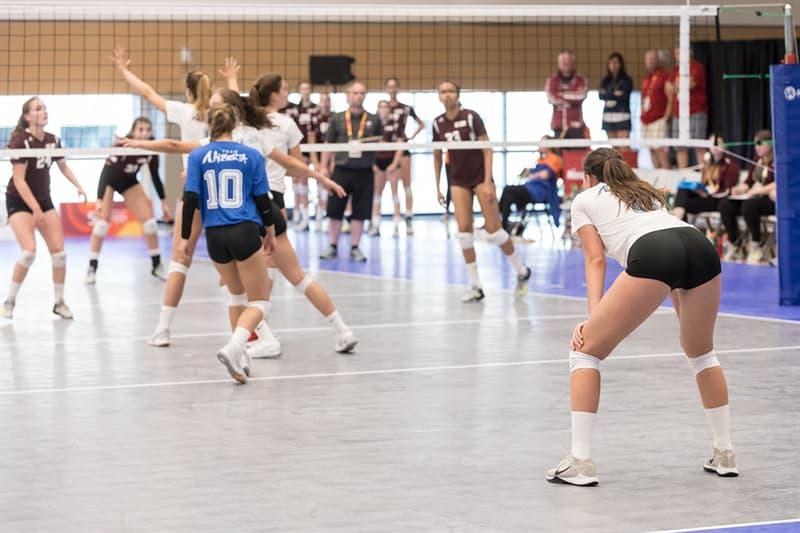 """Спорт Вопрос: Сколько игроков находится на поле, играя за одну команду в спортивной игре """"волейбол""""?"""
