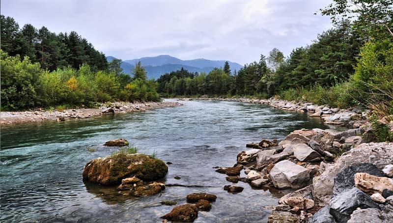 География Вопрос: Существует ли на нашей планете река, которая не впадает ни в море, ни в озеро, ни в другую реку?