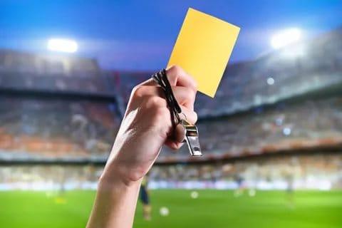 Спорт Вопрос: Был ли в истории чемпионатов мира по футболу случай, когда одному игроку во время матча было показано три желтых карточки?