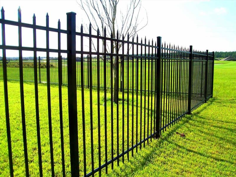 Природа Вопрос: Известно, что в Австралии есть очень длинный забор для защиты овечьих пастбищ от собак динго. А есть ли еще в мире  длинные заборы от других животных?