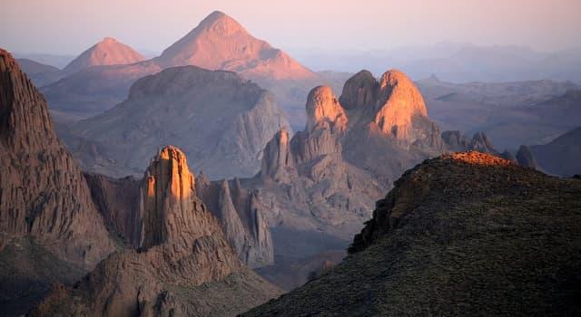 Geografía Pregunta Trivia: ¿Dónde se ubica El Hoggar, que es un antiguo conjunto volcánico muy erosionado?