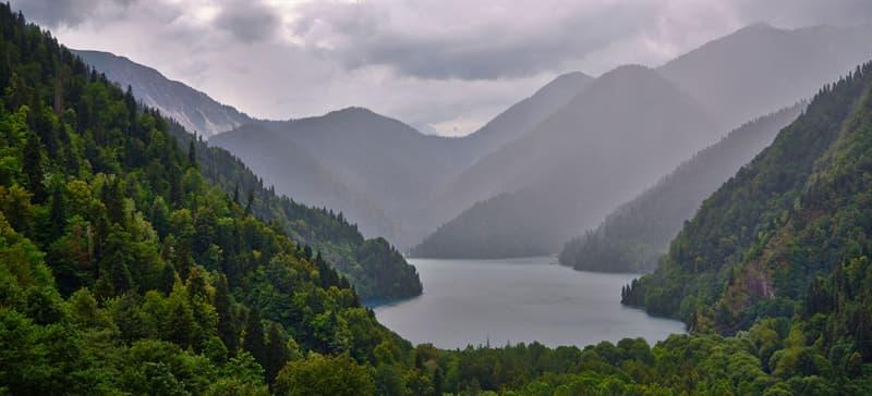 География Вопрос: В какое озеро в России впадает 336 рек, а вытекает только одна?