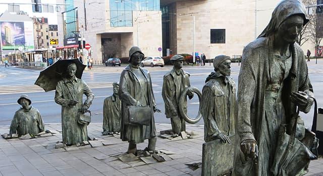 """Geografía Pregunta Trivia: ¿Dónde se encuentra el """"Monumento de los Transeúntes Anónimos"""" que muestra la imágen?"""