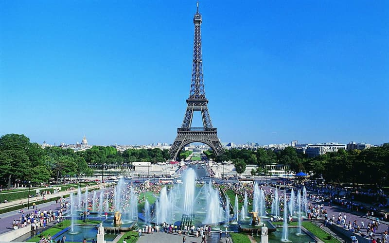 География Вопрос: Всем известно, что Эйфелева башня находится в Париже, у какого моста через Сену она находится?