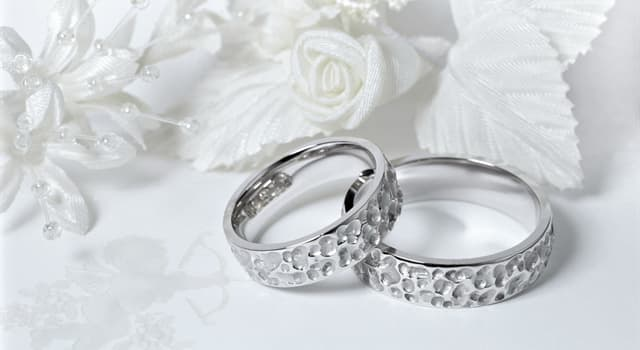 Культура Вопрос: Через сколько лет семейной жизни принято отмечать бриллиантовую свадьбу?