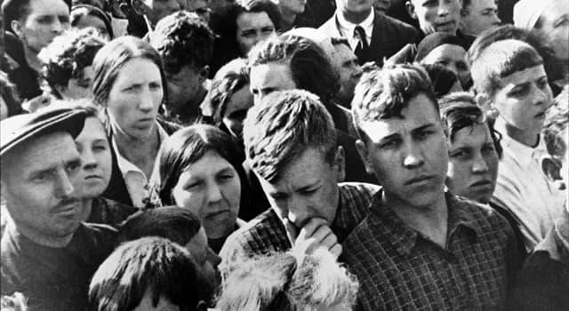 История Вопрос: Кто выступил по радио с официальным обращением к гражданам, сообщив о нападении Германии на СССР?