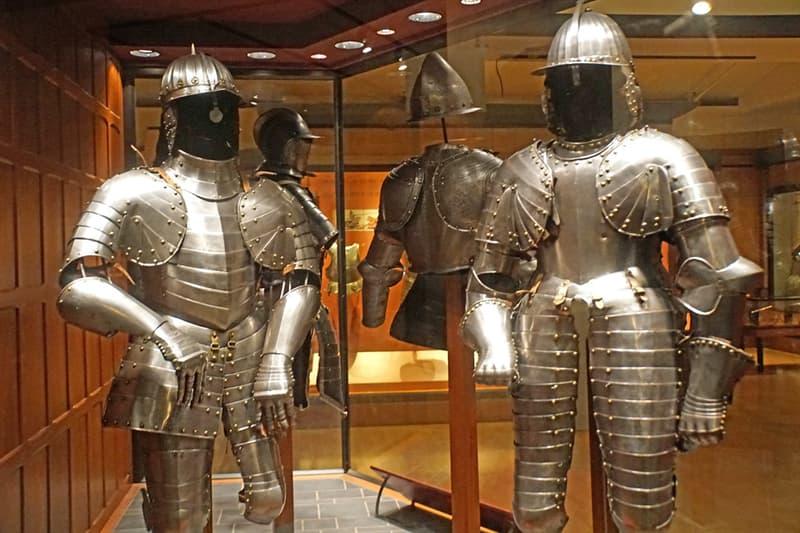 Cultura Pregunta Trivia: ¿Cómo se denominaba la pieza de la armadura antigua que cubría la pierna desde la rodilla hasta el pie?