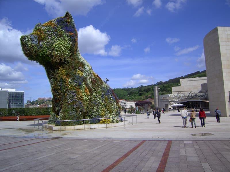 """Cultura Pregunta Trivia: ¿Cómo se llama la escultura que se muestra en la imagen? Representa a un perro,  al que  se lo ha definido como """"el más grande del mundo""""."""