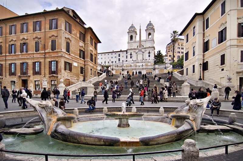 Cultura Pregunta Trivia: ¿Cuál es el nombre de la fuente existente al pie de la escalinata de Plaza de España, en Roma?