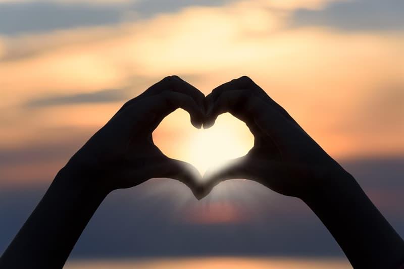 """Cultura Trivia: ¿En qué parte de la Biblia dice: """"El que no ama no conoce a Dios, porque Dios es amor""""?"""