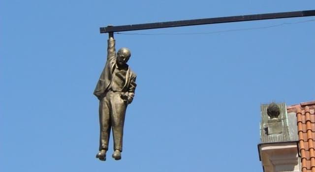 """Kultur Wissensfrage: In welcher europäischen Stadt befindet sich die Skulptur """"Der hängende Mann""""?"""
