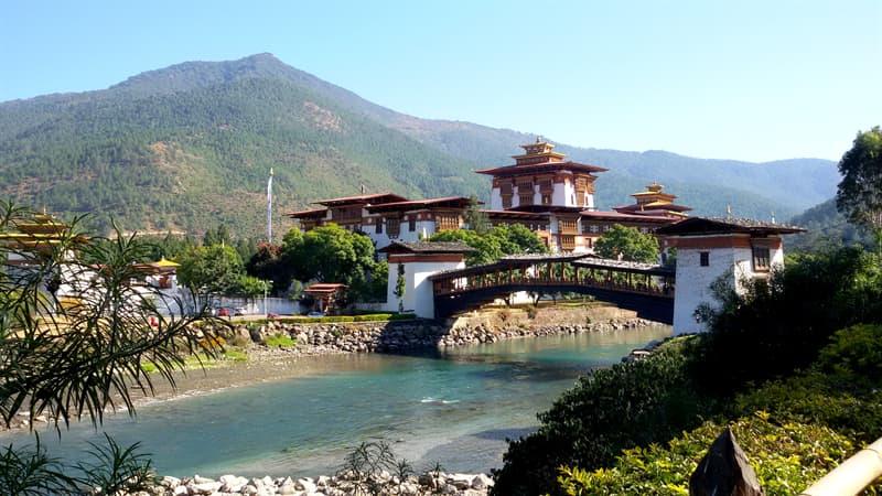 Geographie Wissensfrage: Wodurch ist Bhutan bekannt?