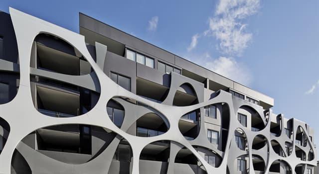 Kultur Wissensfrage: Mit welchem Begriff bezeichnet man die vordere Außenseite eines Gebäudes?