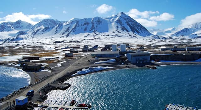 Geography Trivia Question: How many large islands does Svalbard archipelago consist of?