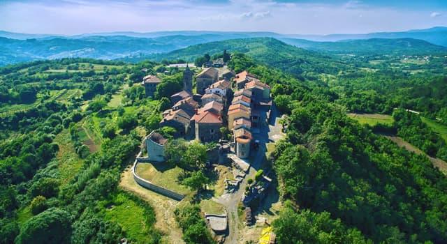 Geografía Pregunta Trivia: ¿Por qué es famosa la ciudad de Hum en Croacia?