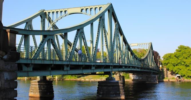 """Historia Pregunta Trivia: ¿Por qué el puente Glienicke de Alemania se hizo conocido como """"el puente de los espías""""?"""