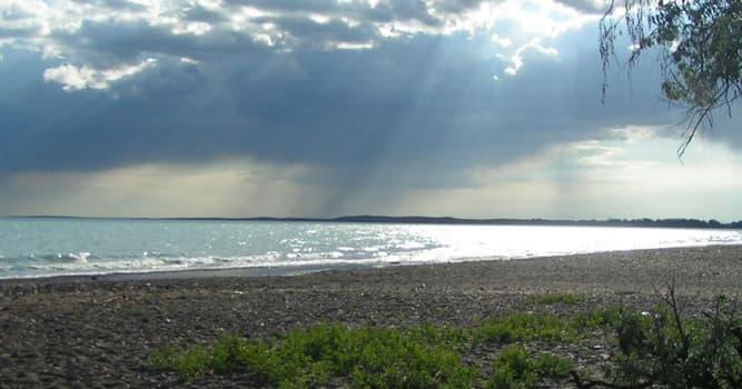 Geografía Pregunta Trivia: ¿Qué característica distintiva tiene El Lago Balkhash o Baljash?